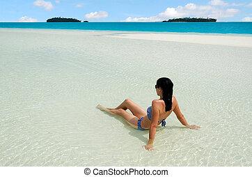 mulher, relaxe, jovem, aitutaki, lagoa, cozinhe ilhas
