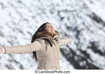mulher, respirar, ar fresco, em, a, montanha, em, inverno