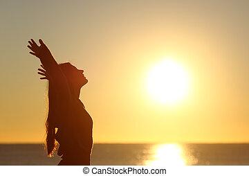 mulher, respirar, ar fresco, em, pôr do sol