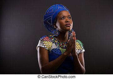 mulher rezando, jovem, africano
