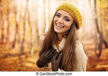 mulher, roupas, desgastar, jovem, parque, outono, rir