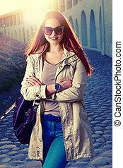mulher, roupas, rua, na moda, jovem, bolsa, elegante, sorridente pé, redhair, sunglasses vermelhos, moda, lábios, engraçado, bonito, hipster