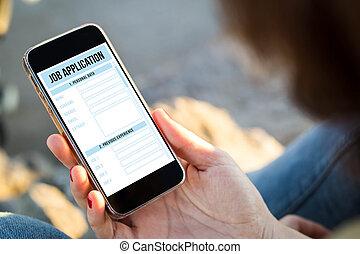 mulher, rua, dela, sentando, tela, aplicação, trabalho, smartphone, segurando