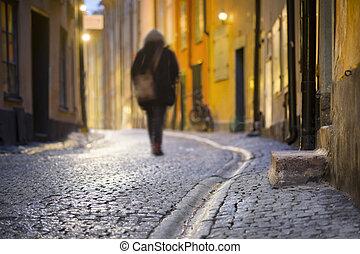 mulher, rua estreita