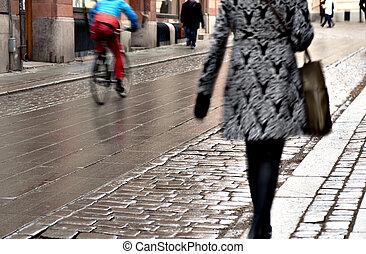 mulher, rua, molhados