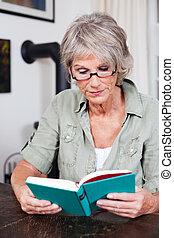 mulher sênior, óculos leitura