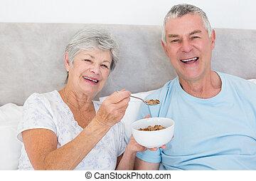 mulher sênior, alimentação, cereais, para, homem