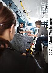 mulher sênior, ambulância, cuidado