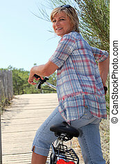 mulher sênior, ande uma bicicleta