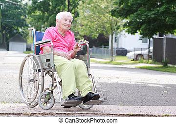 mulher sênior, cadeira rodas