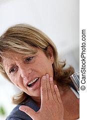 mulher sênior, closeup, tendo, toothache
