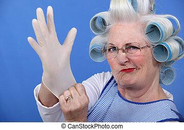 mulher sênior, com, curlers cabelo