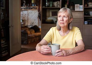 mulher sênior, com, olhar fixo branco