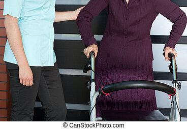 mulher sênior, com, ortopédico, caminhante, e, enfermeira