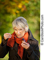 mulher sênior, com, xarope, em, parque