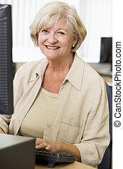 mulher sênior, computador, trabalhando