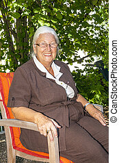 mulher sênior, desfruta, dela, sentando