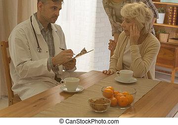 mulher sênior, doutor