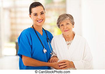 mulher sênior, e, importar-se, jovem, enfermeira