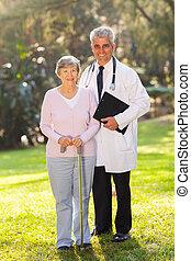 mulher sênior, e, meio envelheceu, doutor médico
