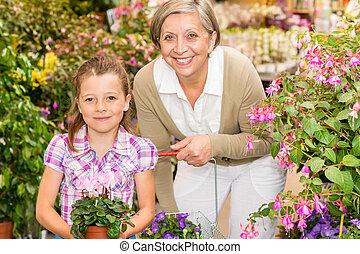 mulher sênior, e, menina, em, centro jardim