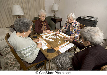 mulher sênior, em, a, jogo, tabela