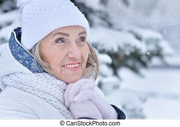 mulher sênior, em, gelado, inverno