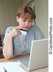 mulher sênior, fazendo, shopping linha