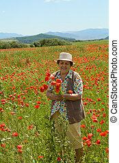 mulher sênior, flores colheita