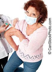 mulher sênior, gripe, vacina, obtendo