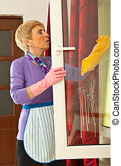 mulher sênior, janela lavando