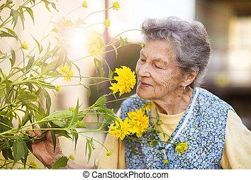 mulher sênior, jardim