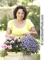 mulher sênior, jardinagem