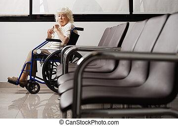 mulher sênior, ligado, cadeira rodas