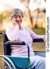 mulher sênior, ligado, um, cadeira rodas