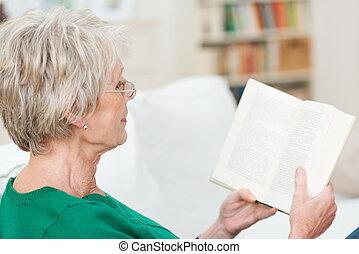 mulher sênior, livro, relaxante, leitura