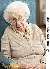 mulher sênior, olhar, triste, cadeira, casa