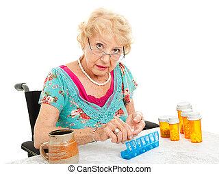 mulher sênior, ordenando, pílulas