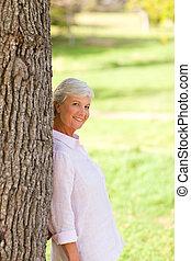 mulher sênior, parque