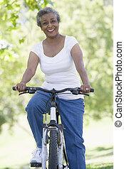 mulher sênior, passeio, ciclo