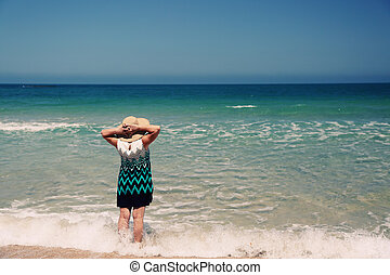 mulher sênior, praia