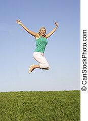 mulher sênior, pular, ar