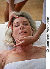 mulher sênior, recebendo, massagem cabeça