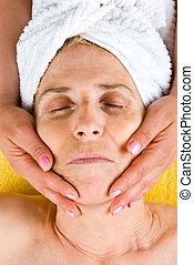 mulher sênior, recebendo, um, massagem facial