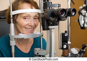 mulher sênior, sofrendo, exame olho