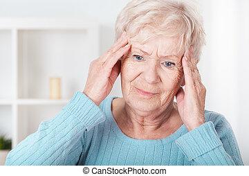 mulher sênior, tendo, dor de cabeça