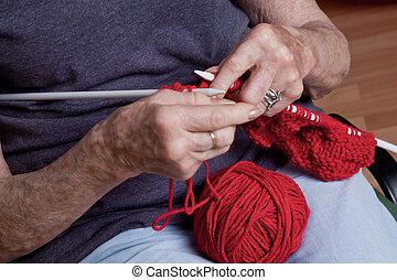 mulher sênior, tricotando