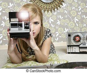 mulher, sala, câmera foto, retro, vindima