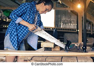 mulher, sala, jovem, serrando, carpenter's, tábua, aprendiz