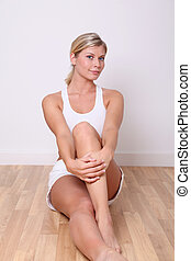 mulher, sala, sentando, chão, loura, condicão física